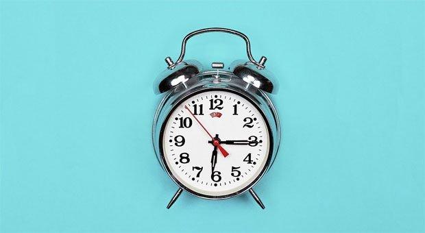 Viel zu früh! Der Wecker klingelt nach sieben Stunden Schlaf, trotzdem sind Sie müde. Um fit in den Tag zu starten, kommt es nicht nur darauf an, wie lange Sie schlafen.
