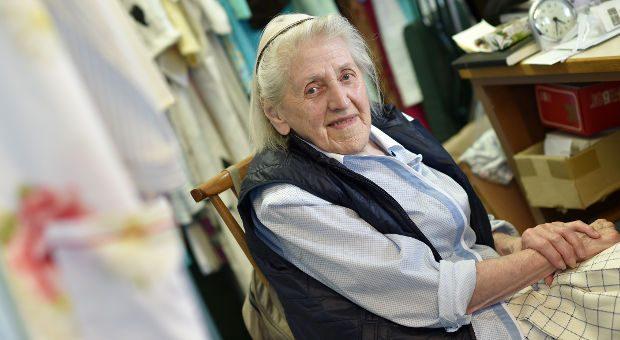Im August wird Therese Schmidt 98 Jahre alt - bis dahin will sie weiter täglich in ihrem Dessousladen stehen. Den hat sie vor 62 Jahren eröffnet.