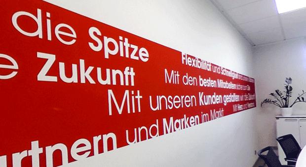 Unübersehbar: Die Unternehmensphilosophie von Werkzeug Weber ziert die Wand im Besprechungszimmer.