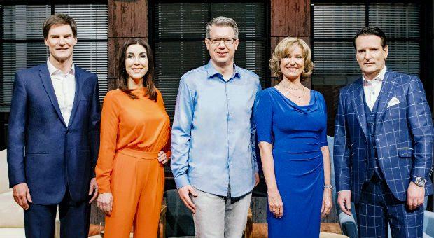 """Sie sind die Investoren in Staffel 4 der Gründershow """"Die Höhle der Löwen"""" : Carsten Maschmeyer, Judith Williams, Frank Thelen, Dagmar Wöhrl und Ralf Dümmel (v.l.)."""