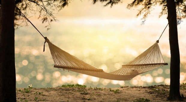 Die Leisure Sickness macht Urlaubspläne oft zunichte. Statt Hängematte am Strand ist dann Teetrinken auf dem Sofa angesagt.