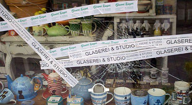 Bei den G20-Krawallen am Freitagabend gingen die Randalierer nicht nur auf große unternehmen los - sie schlugen auch bei kleine Geschäfte wie Stüdemanns Kaffee & Teeladen die Scheiben ein.