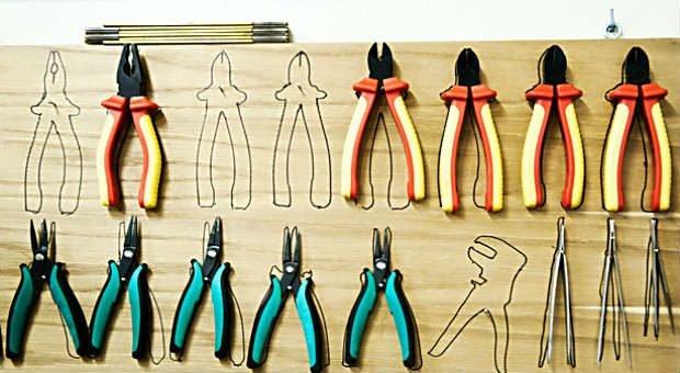 Ein typisches Element der 5S-Methode: Kennzeichnungen in der Werkstatt zeigen, wo welches Werkzeug seinen Platz hat.