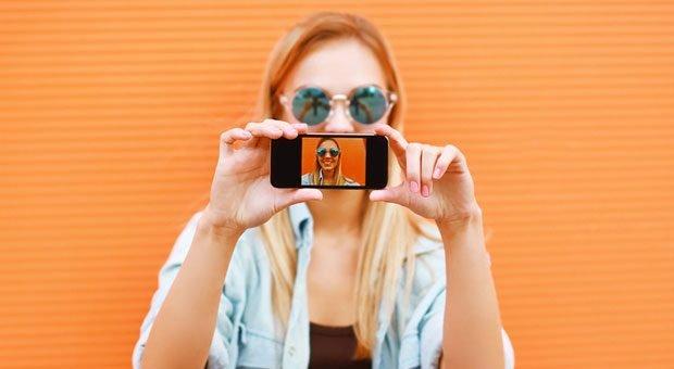 Smartphone- und selfie-süchtig: Die sogenannte Generation Z startet ins Berufsleben. Die Jugendlichen gelten als kritikunfähig und ungeduldig - doch Ausbilder können sich auch auf vieles freuen.