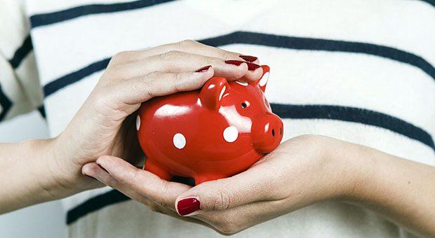 Die Lebensversicherung war mal eine lukrative Geldanlage - inzwischen sind die Zinsen so niedrig, dass viele ihr Geld lieber ins Sparschwein stecken wollen. Durch einen Widerruf bekommt man das eingezahlte Geld zurück - wenn er Erfolg hat.
