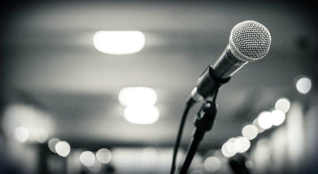 Bühne frei! Wer Redeangst hat, dem wird schon beim Gedanken an einen öffentlichen  Auftritt ganz anders.