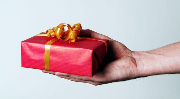 Für dich! Bei einer Schenkung kann man nicht nur Angehörigen eine Freude machen, sondern auch Steuern sparen.