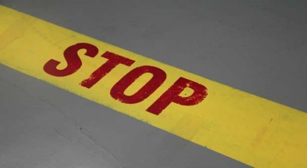 Stopp, so geht's nicht weiter! Wenn Angestellte sich nicht an Vorgaben halten, können sie abgemahnt werden. Abmahnungsgründe gibt es viele, doch nicht immer sind sie eindeutig.