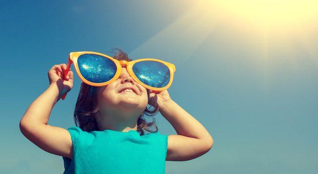 Bedenken beiseiteschieben und die rosarote Brille aufsetzen! Für Optimisten läuft vieles leichter im Leben. Wie aber wird man einer?