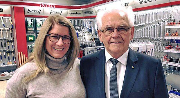 Erinnerungsfoto mit  Unternehmer-Rockstar: impulse-Bloggerin Vanessa Weber mit Obi-Gründer Manfred Maus im Verkaufsraum von Werkzeug Weber.