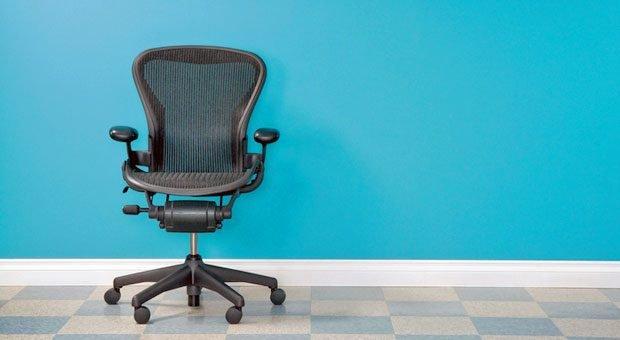 Ein guter Bürostuhl sollte folgende Eigenschaften haben: die natürliche Haltung in allen Sitzpositionen unterstützen, individuell anpassbar sein und die Bewegung fördern.