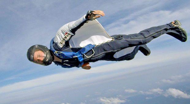 Im Wingsuit gleitet Susanne Böhme fast wie Batman durch die Luft. Nach einem schweren Unfall vor fünf Jahren springt sie inzwischen wieder - und führt auch ihr Unternehmen weiter.