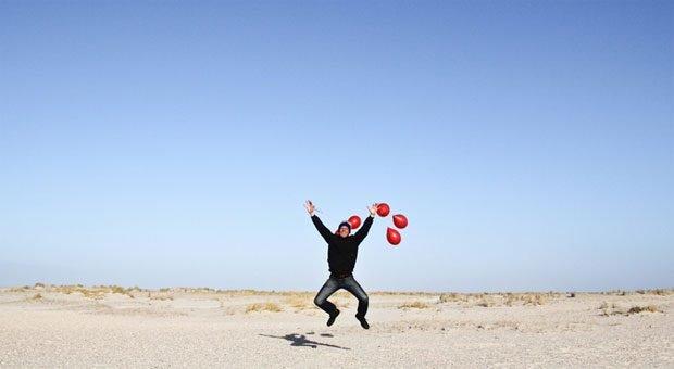 Es muss nicht immer gleich ein großer Freudensprung sein - dennoch: Karrieremanagement macht Mitarbeiter zufriedener.