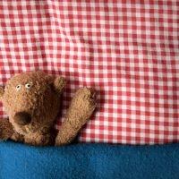 Manchmal hilft nur noch kuscheln und ausruhen: Arbeitgeber müssen Angestellte freistellen, wenn ihr Kind krank ist.