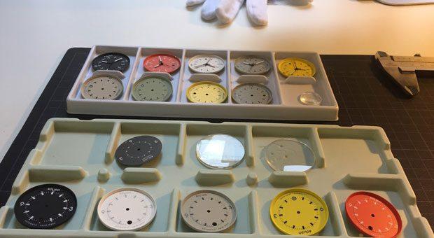 Nur mit Handschuhen anfassen: Das ist nicht nur bei den traditionellen Uhrenmanufakturen die Regel, sondern auch in der Werkstatt des Crowdfunding-Projekts Bolido aus Zürich.