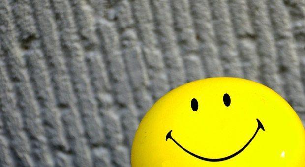 Smileys sind Alleskönner, wenn es darum geht, auf digitalen Kanälen Gefühle zu transportieren. Doch wie wirken die Dauergrinser, wenn jemand per E-Mail kritisiert wird?
