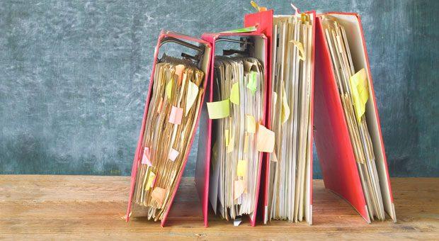 Aktenordner halten Unterlagen zusammen - mehr aber auch nicht. Wer Verträge professionell verwalten will, sollte über eine Software fürs Vertragsmanagement nachdenken.