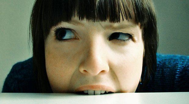 Vor lauter Stress und Ärger würde man manchmal am liebsten in die Tischkante beißen - und beißt dann doch nur die Zähne zusammen. Umso wichtiger ist es, anschließend den Kiefer zu entspannen.