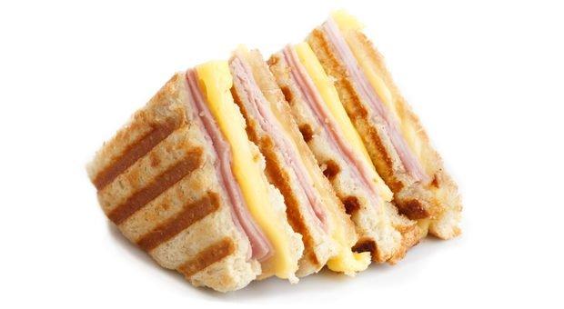 Kritik zwischen lobende Worte packen wie Käse und Schinken zwischen zwei Toastscheiben? Lieber nicht! Die Sandwich-Methode führt selten ans Ziel.