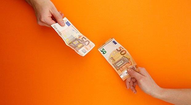 Wie viel Geld wechselt am Monatsende den Besitzer? Es gibt gute Gründe dafür, diese Information - nämlich das Gehalt für die offene Stelle - schon in die Stellenanzeige zu schreiben.