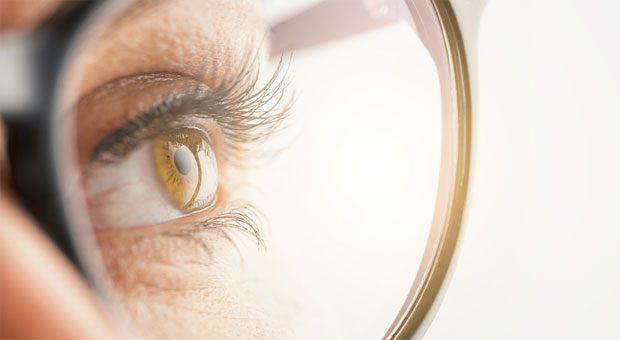 Oft helfen schon ein paar Entspannungsübungen für die Augen, um wieder klar zu sehen. Wer aber dauerhaft unscharf sieht und sich bei der PC-Arbeit stark nach vorn beugt, braucht möglicherweise eine Bildschirmbrille.