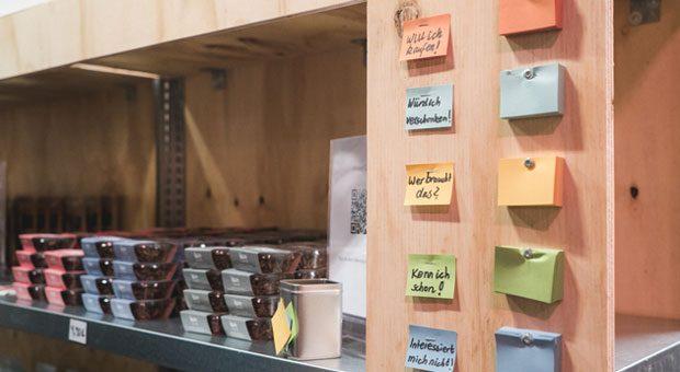 Im Feedback Factory Testkaufhaus geben die Kunden ihr Feedback zu neuen Produkten - indem sie Fragebogen ausfüllen und Zettel abstempeln.