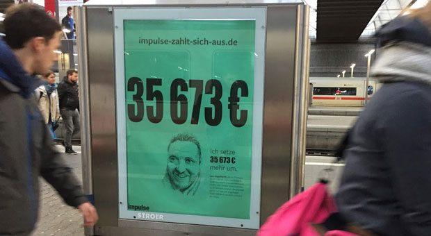 """In der Kampagne """"impulse zahlt sich aus"""" - hier ein Plakat an einem Bahnhof - rechnen Unternehmer vor, wie sie von impulse profitiert haben."""
