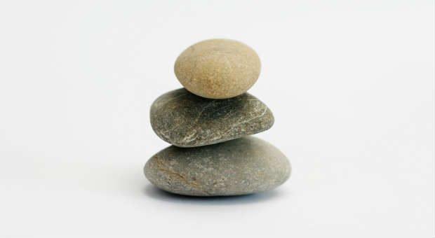 Steine stapeln im Büro? Erfolgreiche Unternehmer haben andere Strategien für den richtigen Umgang  mit Stress.