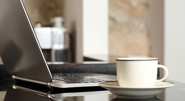 Abwarten und Tee oder Kaffee trinken? Das verkneifen sich Mitarbeiter im Home-Office. Sie arbeiten meist mehr und produktiver als Kollegen im Büro. Ihr wichtigstes Arbeitsmittel: der Laptop.