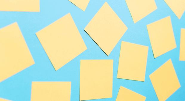 Das wichtigste Utensil für die agile Zusammenarbeit bei Sipgate: Post it´s. Überall im Unternehmen kleben Mitarbeiter Zettelchen auf Stellwände und haben so alle Aufgaben im Blick.