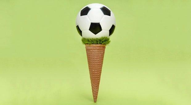Wer zur Fußball-WM 2018 ein Fußball-Eis anbietet, ist rechtlich auf der sicheren Seite. Bei der Werbung mit der WM ist aber einiges zu beachten.