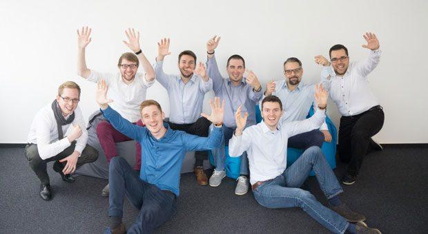 Die Gründer von OMM Solutions: Malte Horstmann (4. von links), Olaf Horstmann (3. von rechts) und Martin Allmendinger (2. von rechts)