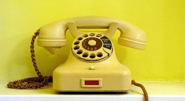 Steht auf Ihrem Schreibtisch noch ein Telefon aus Großmutters Zeiten? Dann ist es Zeit für einen Austausch - solch veraltete Technik kann nämlich ein echter Produktivitätskiller sein.