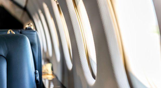 Per Flugzeug auf Dienstreise: Auf dem Weg zum Kundentermin können Mitarbeiter letzte Details vorbereiten - oder einfach die Füße hochlegen. Wann zählt der Flug als Arbeitszeit? Und wann nicht?