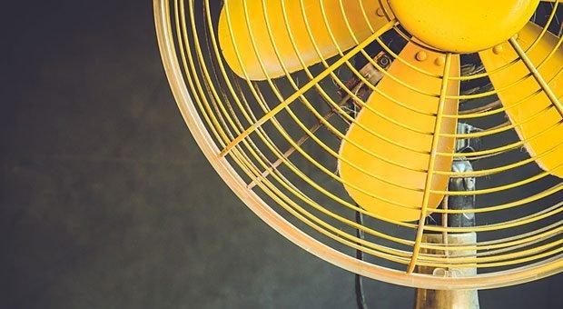 Wenn auch der Ventilator nichts mehr bringt, sollten Arbeitgeber handeln. Ein Recht auf Hitzefrei bei der Arbeit gibt es aber nicht.
