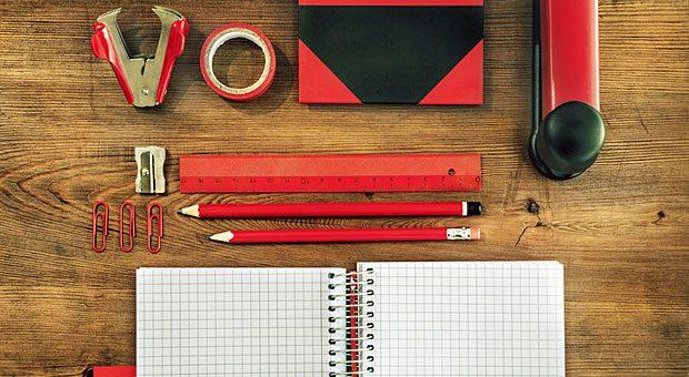 Ein aufgeräumter Schreibtisch hilft, konzentrierter zu arbeiten.