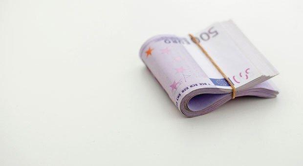 Eine Handvoll Geld: Geschäftsführer, die zugleich Gesellschafter einer GmbH sind, dürfen ihr Gehalt nicht beliebig festlegen.