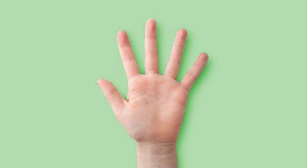 Gib mir fünf: Bei der Handformel steht jeder Finger der Hand für eine Reflexionsfrage.