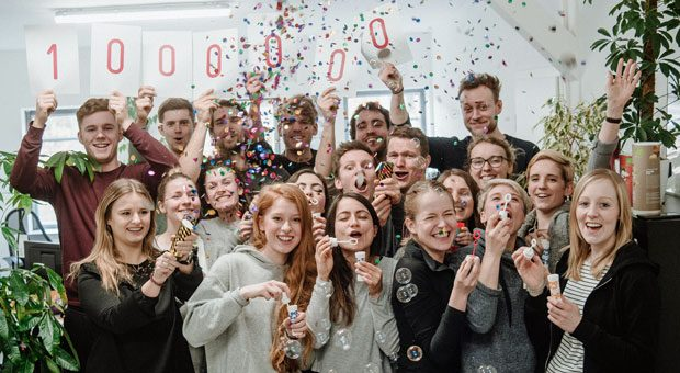 Felix Leonhardt (8. v.r.) und sein Team von Purefood feiern, dass ihre Produkte eine Million Schulmahlzeiten in Burundi ermöglicht haben.