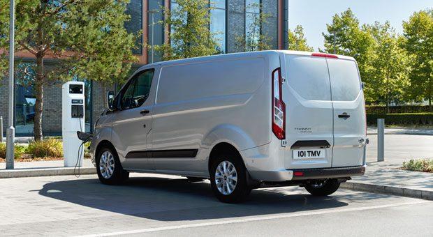 Für den sanften Umstieg: Der Ford Transit Custom PHEV ist ein Plug-in-Hybrid. Der 1,0-Liter-Dreizylinder-Benzinmotor erhöht die Reichweite bei Bedarf auf mehr als 500 Kilometer.