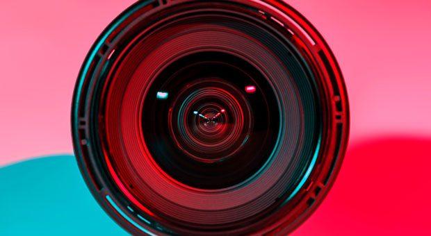 Denken Sie an die DSGVO, bevor Sie Personen in den Fokus nehmen. Ohne Einwilligung zum Fotografieren, können Strafen drohen.