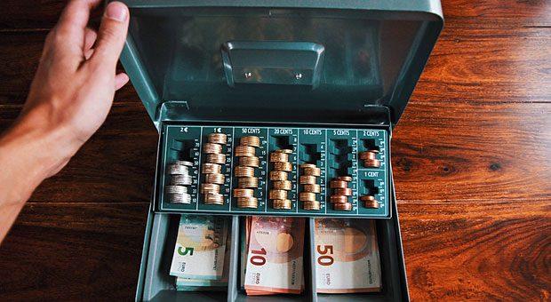 Die Hand in der Kasse: Diebstahl durch Mitarbeiter bereitet vielen Unternehmen Probleme.