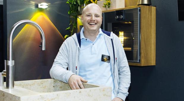 Elias Holocher mit seiner patentierten Küche.