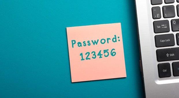 Unsichere Passwörter und dann noch an den Computer geheftet: Das größte Sicherheitsrisiko sind oft die Mitarbeiter.