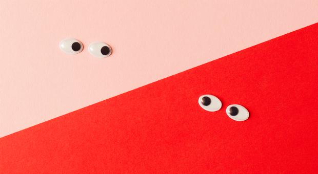 Unter vier Augen: Ob Sie einen Kunden duzen oder siezen, hat Einfluss auf die Kundenbeziehung.