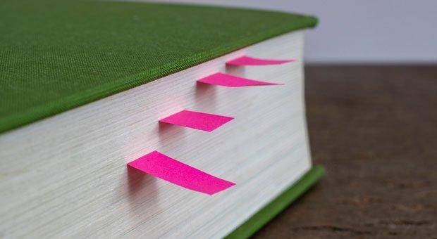 Lesezeichen sind praktisch - auch digital: Mit Bookmarks finden Sie wichtige Websites fix wieder.