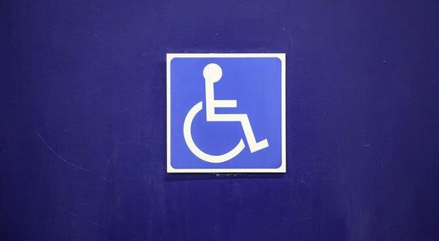 Vorfahrt für Rollstuhlfahrer: Wer keine Schwerbehinderten beschäftigt, muss eine Ausgleichsabgabe zahlen.
