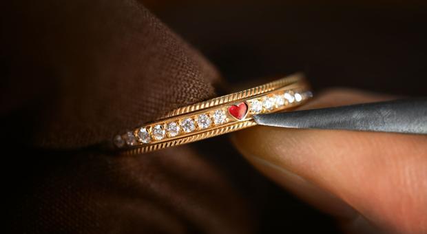 In filigraner Handarbeit wird in der Schmuckmanufaktur Wellendorff ein Ring gefertigt.
