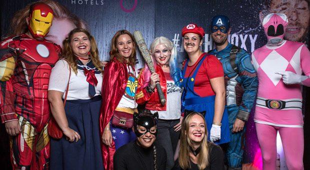 Christian Henzler (2. von rechts) mit Mitarbeitern bei der Party zum ersten Geburtstag des Hotels. Motto: Superhelden.