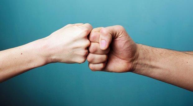 Faust drauf! Wenn Chefs einen Freund einstellen, sollten sie vorab die Rollen im Joballtag genau klären.